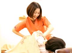 新潟市の、つばさ整骨院・整体院の女性施術者の施術風景